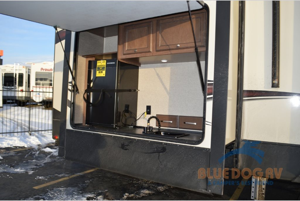Heartland Elkridge 39RSRT Fifth Wheel Bunkhouse Outside Kitchen